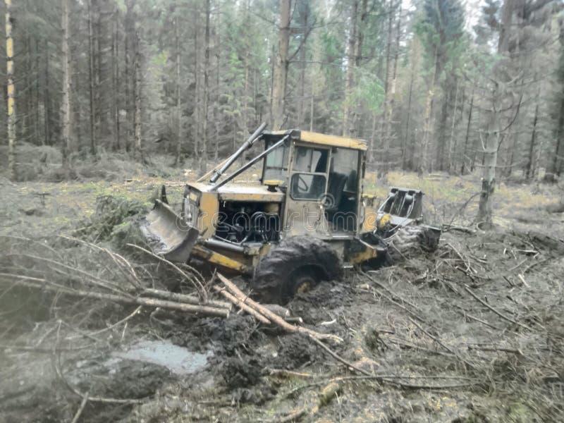 tractor in het bosmoeras royalty-vrije stock afbeeldingen