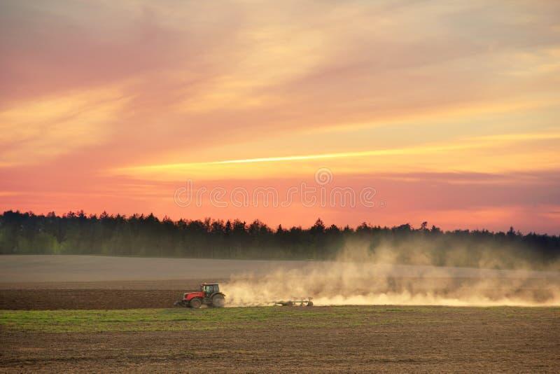 Tractor het Ploegen royalty-vrije stock fotografie