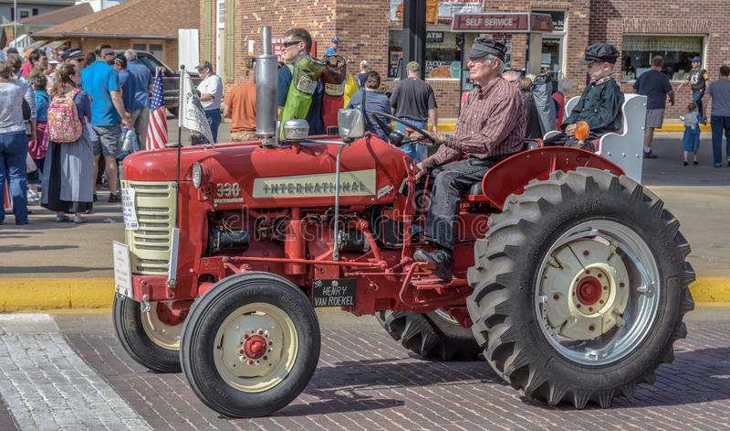 Tractor internacional rojo viejo en Pella, Iowa foto de archivo