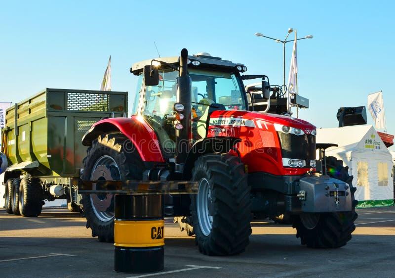 Tractor Massey Ferguson 7726 durante el comercio justo internacional de Belagro 2019 fotografía de archivo libre de regalías