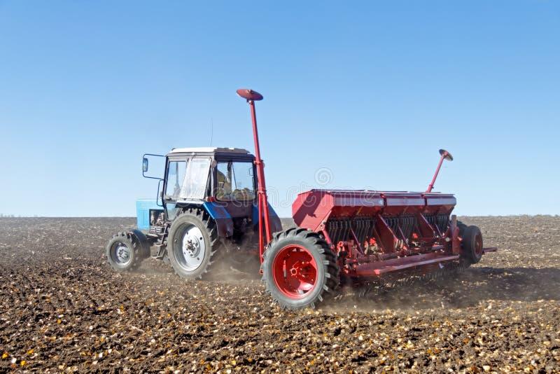 Tractor met een zaaimachine op het gebied royalty-vrije stock fotografie