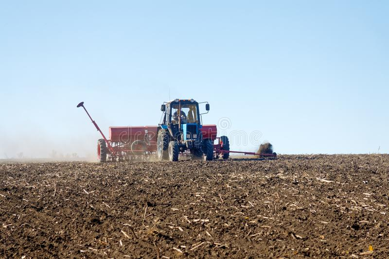 Tractor met een zaaimachine op het gebied royalty-vrije stock foto's
