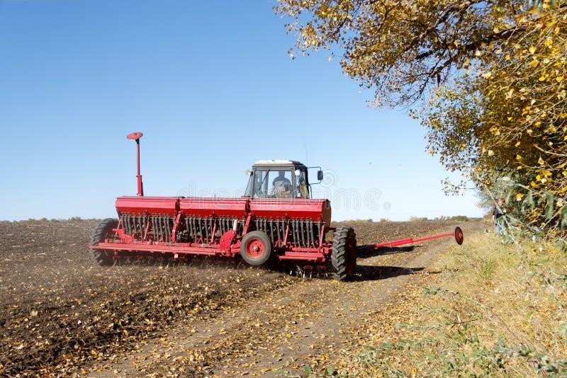 Tractor met een zaaimachine op het gebied royalty-vrije stock foto