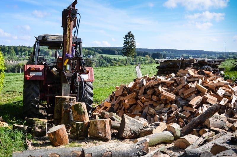Tractor met logboeksplitser royalty-vrije stock afbeelding