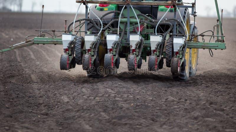 Tractor met zaaimachine in het zaaien seizoen stock foto's