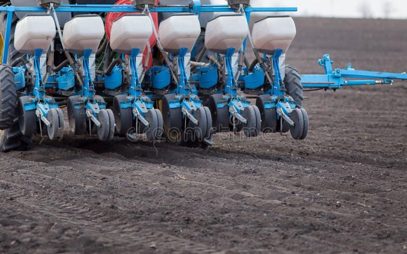 Tractor met zaaimachine in het zaaien seizoen royalty-vrije stock foto's