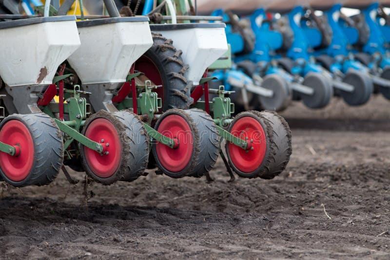 Tractor met zaaimachine in het zaaien seizoen stock afbeelding