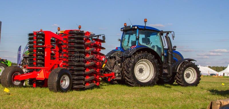 Tractor moderno del desafiador que ara el campo inglés de la cosecha imagen de archivo libre de regalías