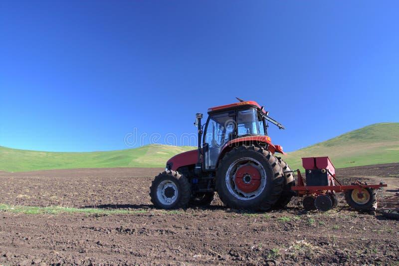 Tractor op gebied stock foto's