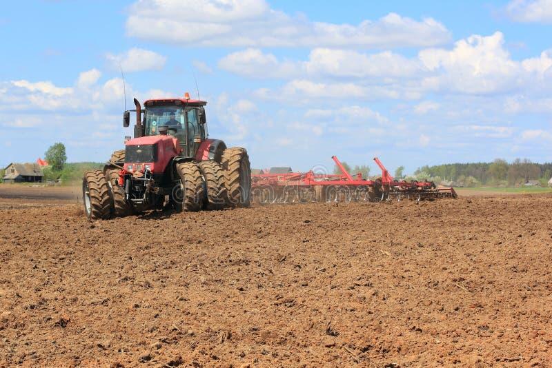 Tractor op het gebied royalty-vrije stock foto's