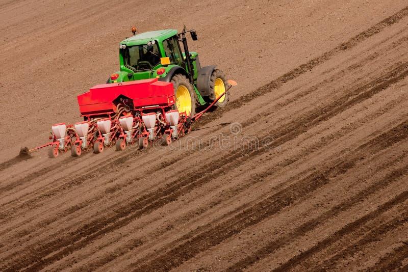 Tractor op het Werk die Zaden planten stock fotografie