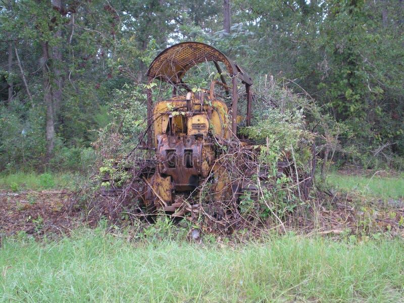 Tractor over ongedwongenheid verloren roestige die bulldozeraard wordt gekweekt royalty-vrije stock fotografie