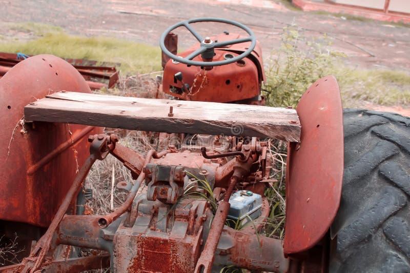 Tractor oxidado, lado trasero de la vieja opinión del tractor, visión superior imagen de archivo libre de regalías