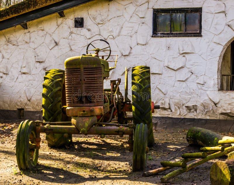 Tractor oxidado viejo del vintage en la granja, los granjeros retros equipo y los vehículos fotos de archivo