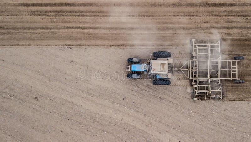 Tractor que ara la opini?n superior del campo de la derecha hacia la izquierda Agricultura labranza imagen de archivo