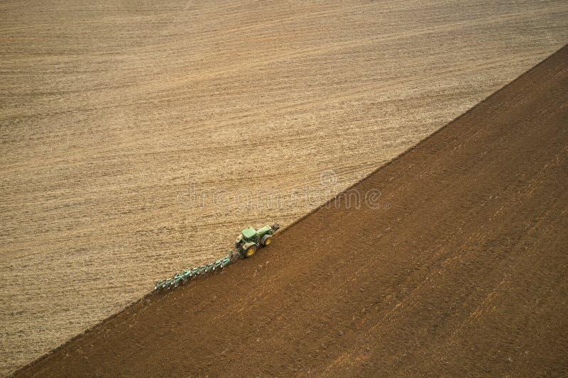 Tractor que ara los campos - preparaci?n de la tierra para sembrar foto de archivo libre de regalías