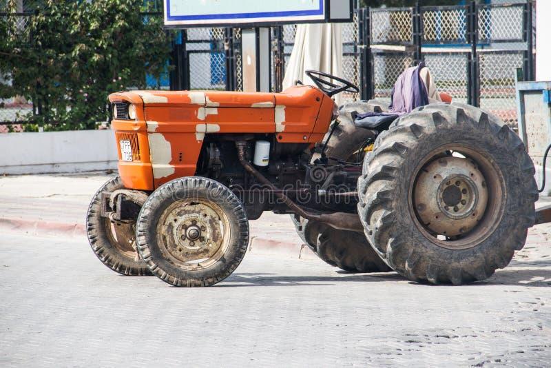 Tractor que descansa después de trabajo penoso foto de archivo