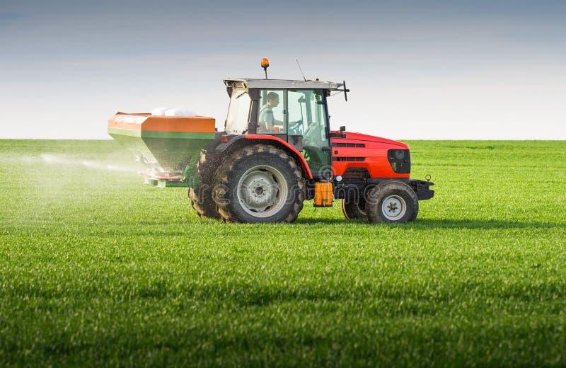 Tractor que fertiliza en campo imagenes de archivo