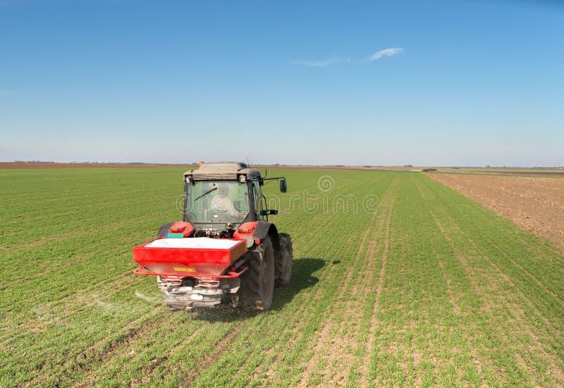 Tractor que fertiliza en campo fotos de archivo