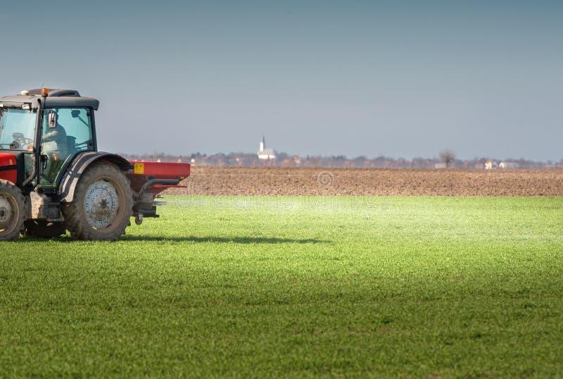 Tractor que fertiliza en campo fotografía de archivo