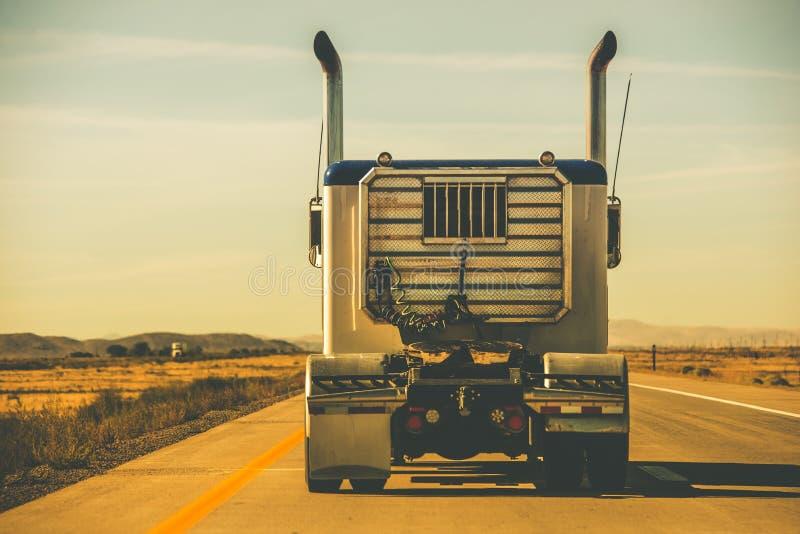 Tractor remolque en la carretera foto de archivo