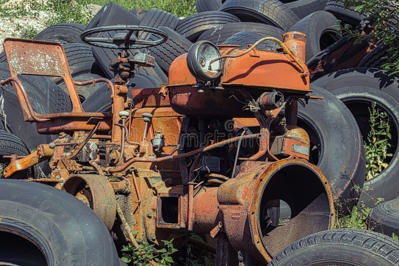Tractor rojo oxidado viejo del vintage en una granja fotografía de archivo libre de regalías