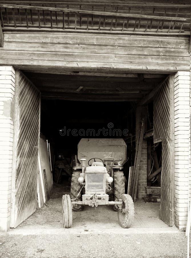 Tractor suizo viejo en granero imagen de archivo libre de regalías