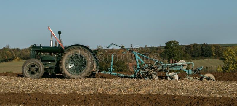 Tractor verde viejo del fordson del vintage fotos de archivo