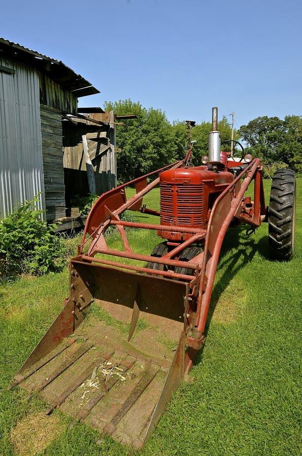 Tractor viejo con el cargador de la parte frontal imagenes de archivo