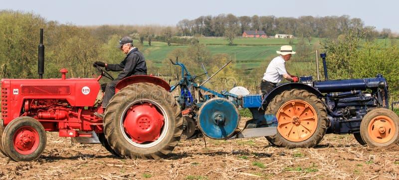 Tractor viejo del vintage 2 en el partido de arado imagen de archivo libre de regalías