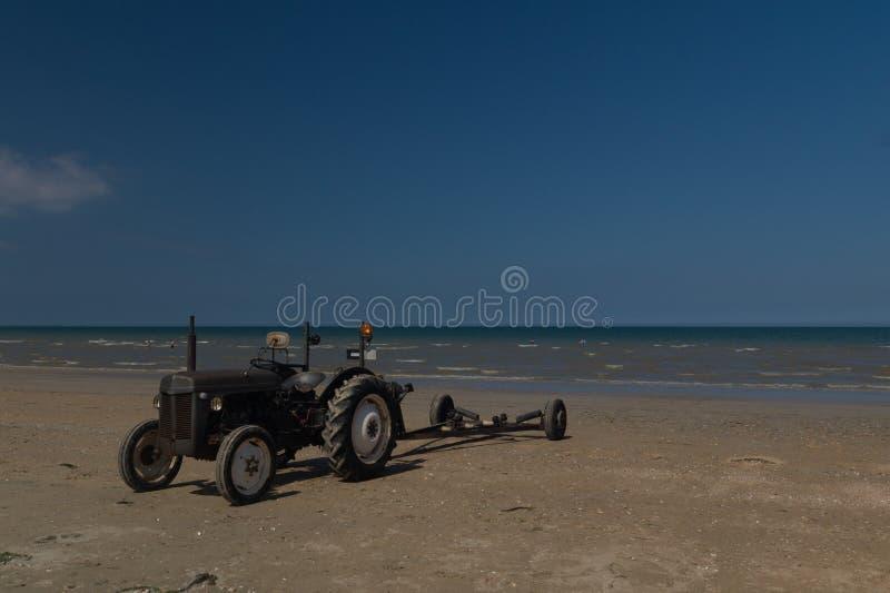 Tractor viejo en la playa de Utah, Normandía, Francia fotos de archivo