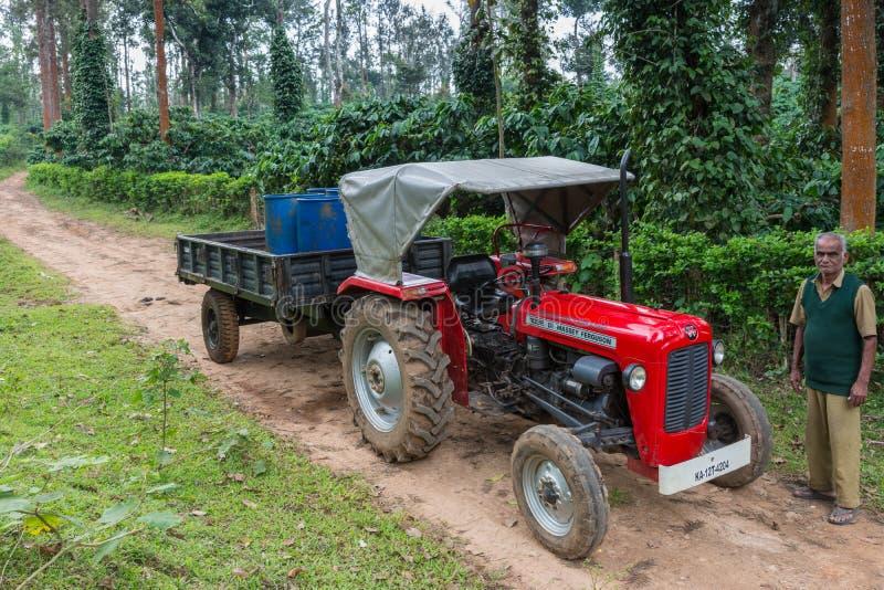 Tractor y trabajador de Massey Ferguson en la plantación de café, Coorg I imagen de archivo