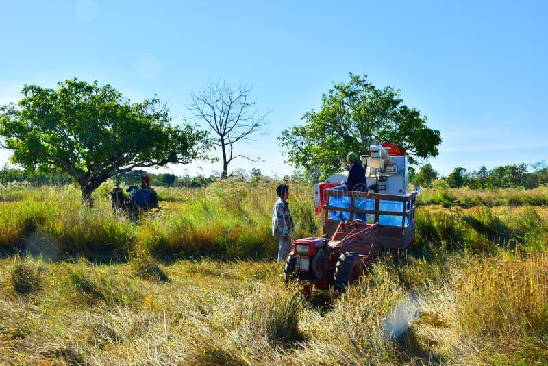 Tractoren, ploeg-bijgewoonde machines stock afbeelding