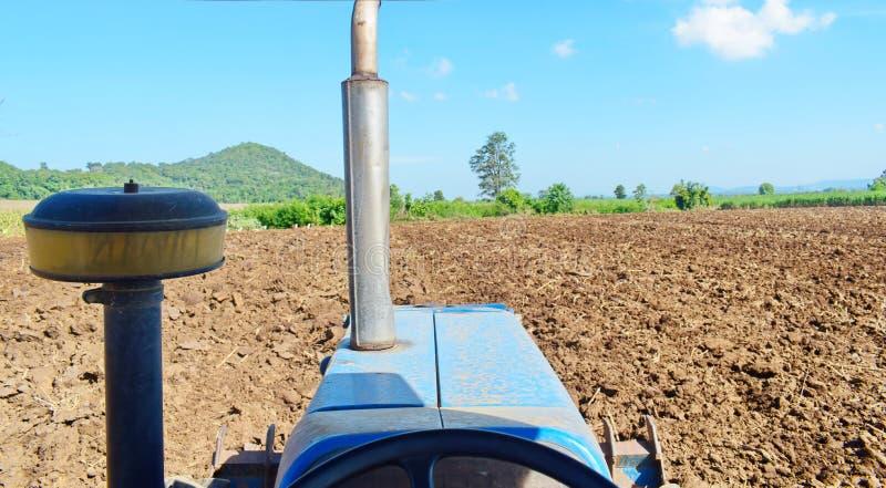 Tractores que preparan el suelo para plantar fotografía de archivo libre de regalías