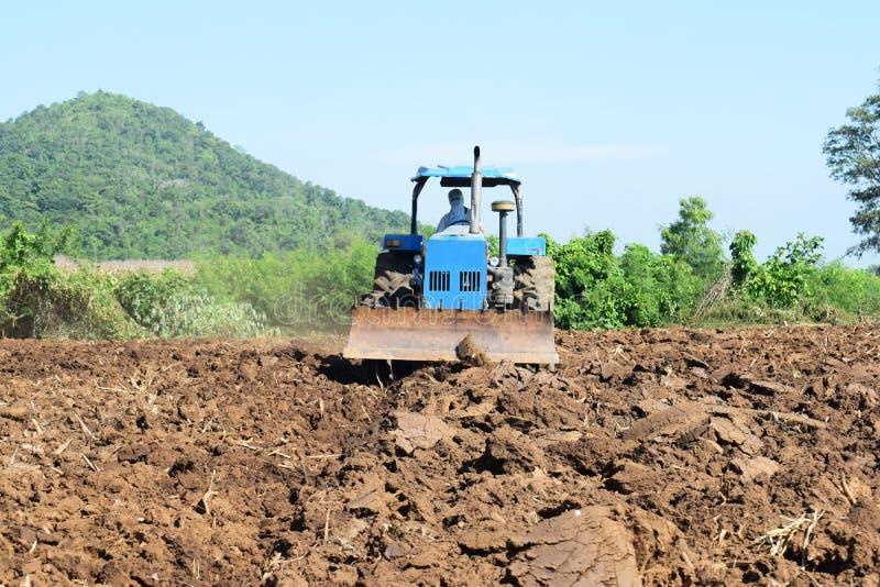 Tractores que preparan el suelo para plantar fotos de archivo