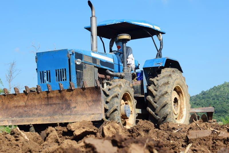 Tractores que preparan el suelo para plantar imagenes de archivo