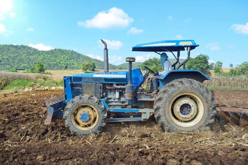 Tractores que preparan el suelo para plantar foto de archivo