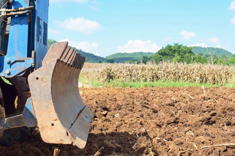 Tractores que preparan el suelo para plantar fotos de archivo libres de regalías