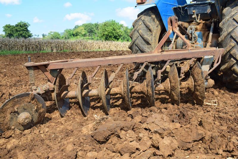 Tractores que preparan el suelo para plantar foto de archivo libre de regalías