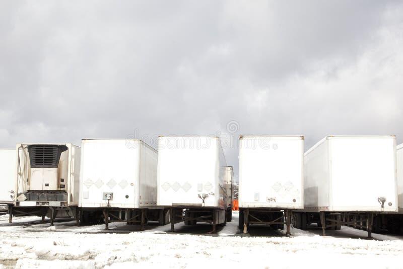 Tractores remolque en estacionamiento imagenes de archivo