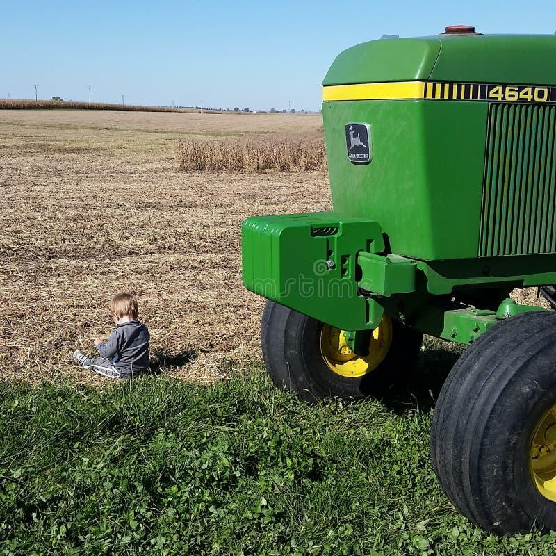 Tractores y suciedad del amor de los niños pequeños imagenes de archivo