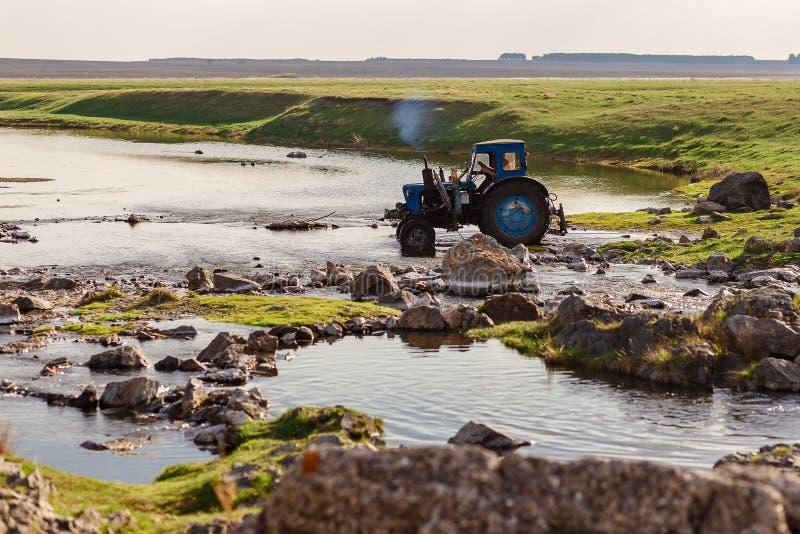 Tractorritten op de rivier royalty-vrije stock afbeelding