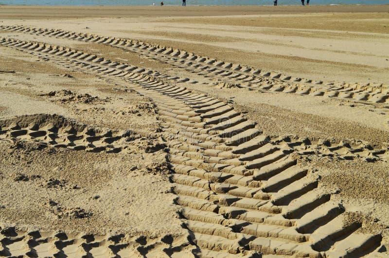 Tractorsporen op zand, achtergrond stock fotografie