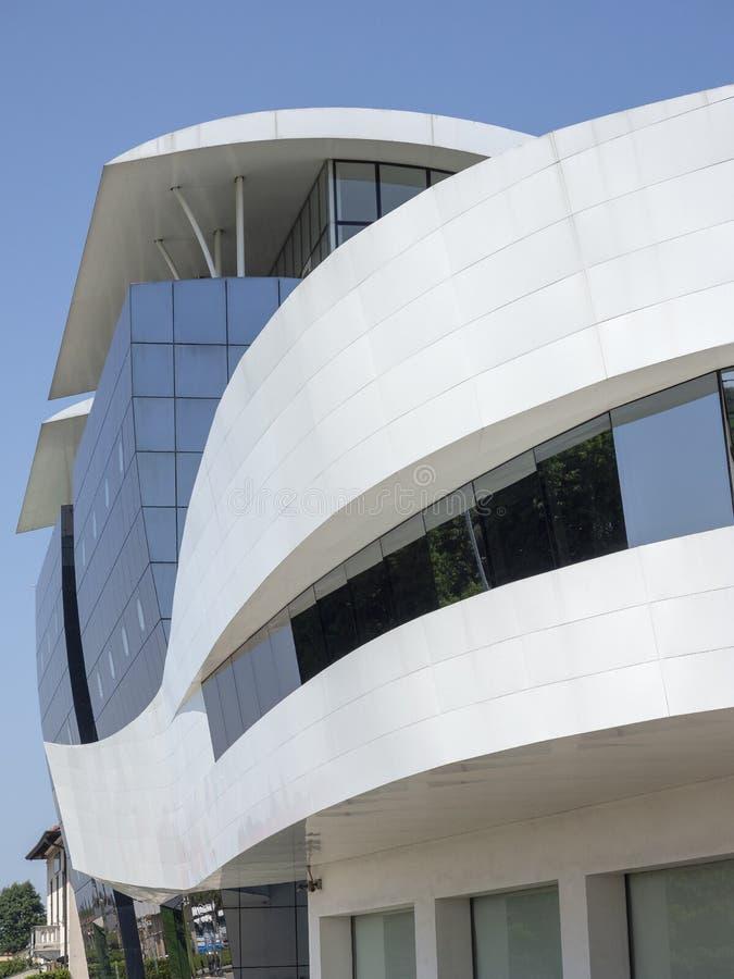 Tradate Lombardei, Italien: modernes Gebäude stockfoto