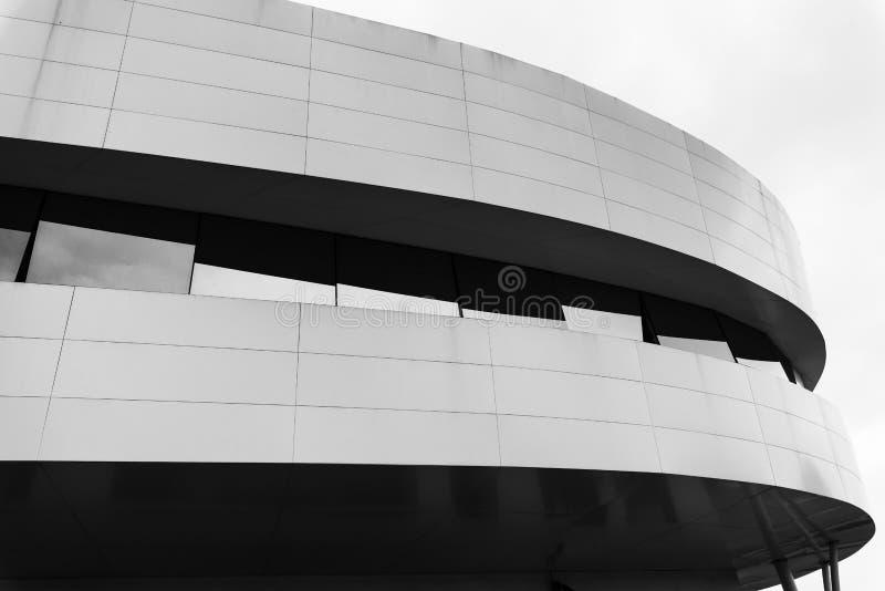 Tradate Varese, Lombardei, Italien: modernes Gebäude entlang über lizenzfreies stockbild