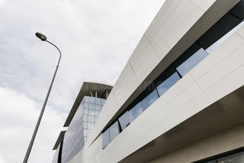 Tradate Varese, Lombardije, Italië: de moderne bouw langs via stock fotografie