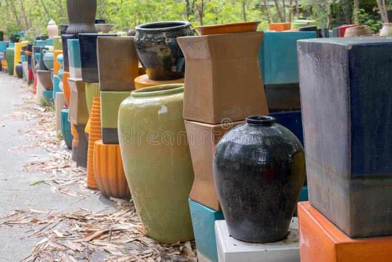 Tradditional de cerámica del tarro, el pote, la botella y el tarro de tierra incluyendo el color y la figura modelo del truco dis imágenes de archivo libres de regalías