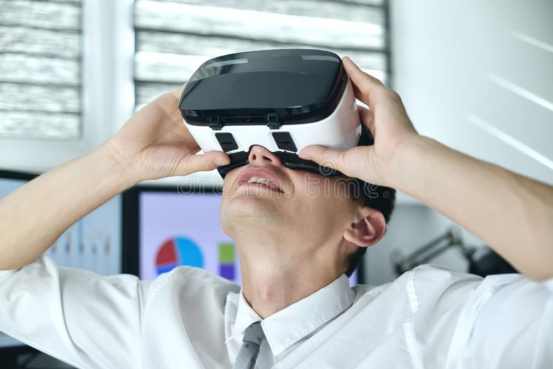 Trader Man som har virtuella verklighetsGoogles royaltyfri bild