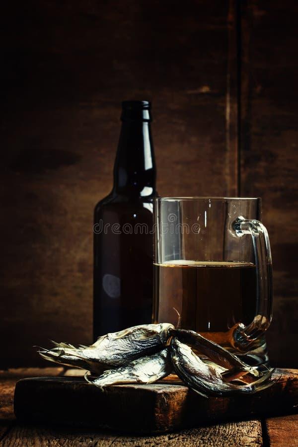 Tradição do russo: barata e cerveja secadas no backgr de madeira do vintage foto de stock royalty free