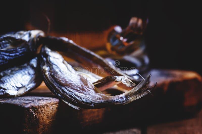 Tradição do russo: barata e cerveja secadas no backgr de madeira do vintage foto de stock
